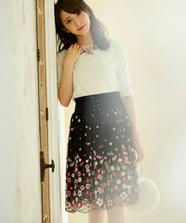 パネル刺繍ミディスカート