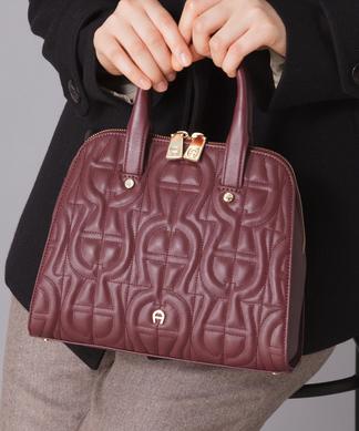【AIGNER】ショルダーストラップ付きレザーハンドバッグ